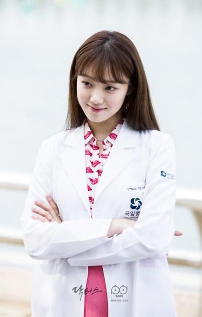 韓劇也要dress code?朴信惠、韓孝珠醫師白袍下的穿搭特輯